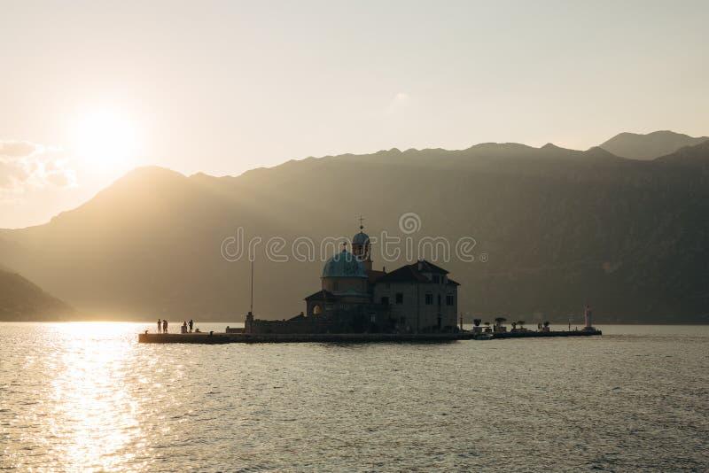 La isla de Gospa od Skrpjela, bahía de Kotor, Montenegro fotografía de archivo