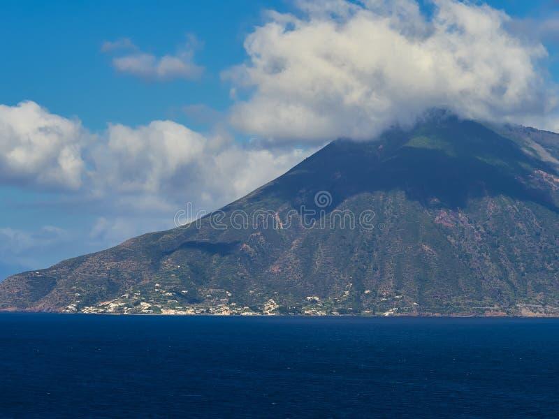 La isla de la salina vista de Lipari, islas eólicas, Sicilia, Italia fotografía de archivo libre de regalías
