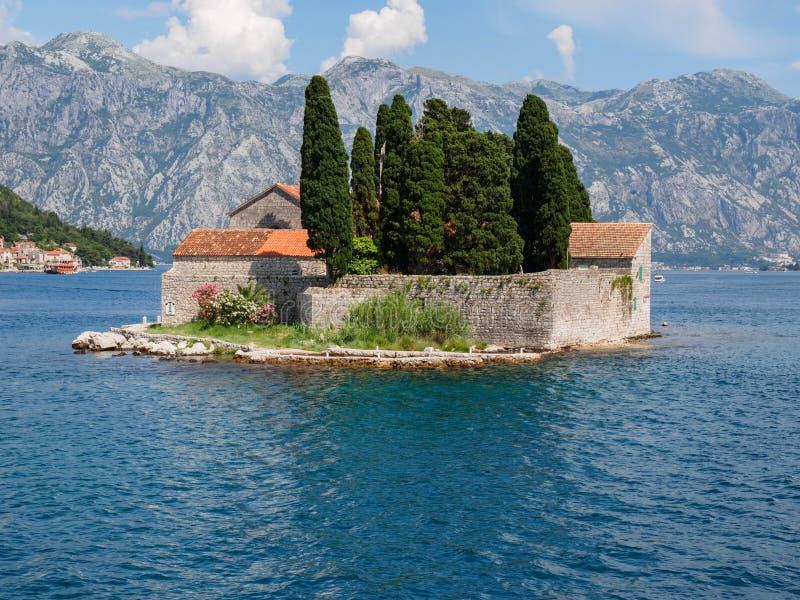 La isla de San Jorge es uno de los dos islotes de la costa de Perast, Montenegro imagenes de archivo
