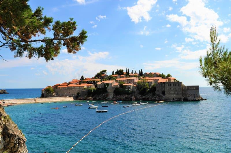 La isla de Sveti Stefan imagenes de archivo