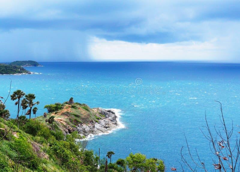 La isla en el mar de la estación de lluvias allí es una tormenta que viene al horizonte foto de archivo