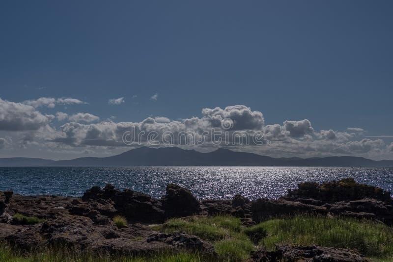La isla hermosa de las montañas de Arran al caer la tarde en el solsticio de verano escocés fotos de archivo