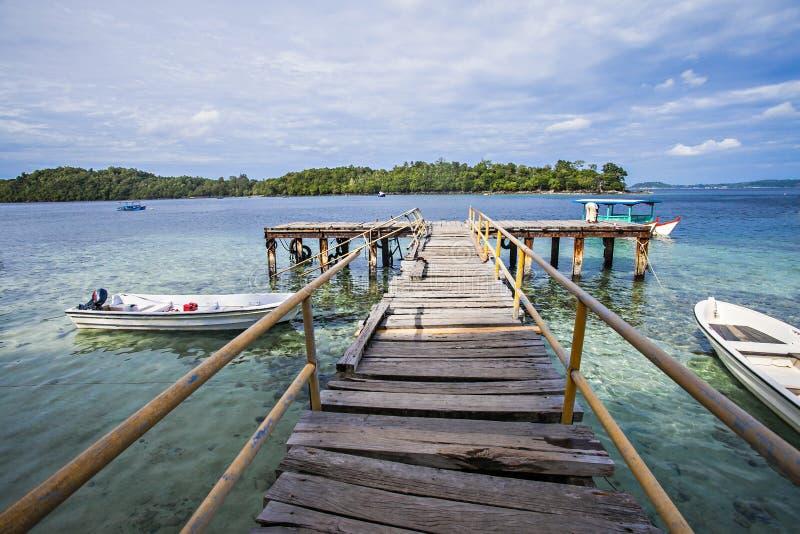 La isla, los barcos, la nube y el cielo azul, hermosa vista de la playa de Iboih, en Sabang, Indonesia fotos de archivo