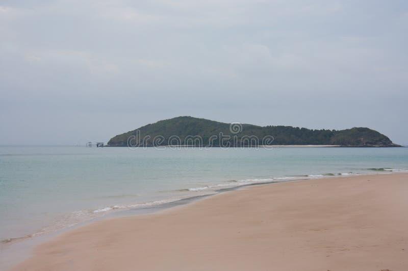 La isla media de Keppel según lo visto de la gran playa de la isla de Keppel en el trópico del área del Capricornio en el Queensl foto de archivo libre de regalías