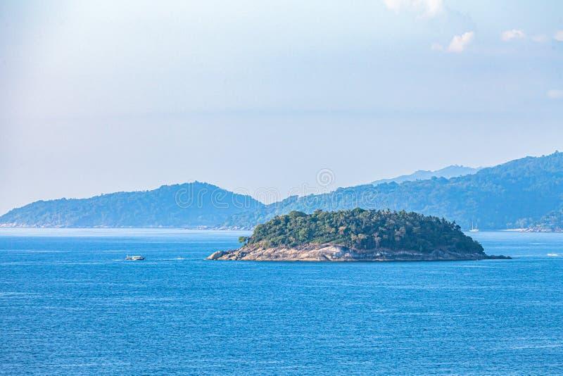 La isla Pu se encuentra en el medio entre la playa de Kata Karon foto de archivo