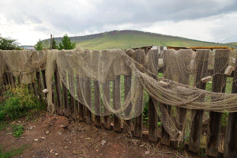 La jábega de la pesca se seca en una cerca de madera fotografía de archivo
