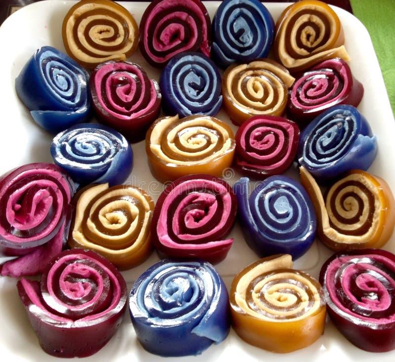 La jalea espiral del partido de los niños de los colores brillantes abstractos rueda la comida fotos de archivo libres de regalías