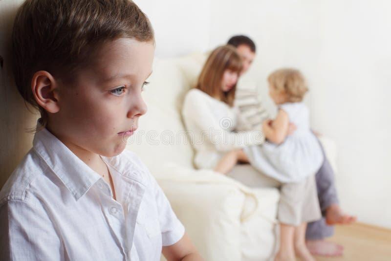 La jalousie des enfants photos stock