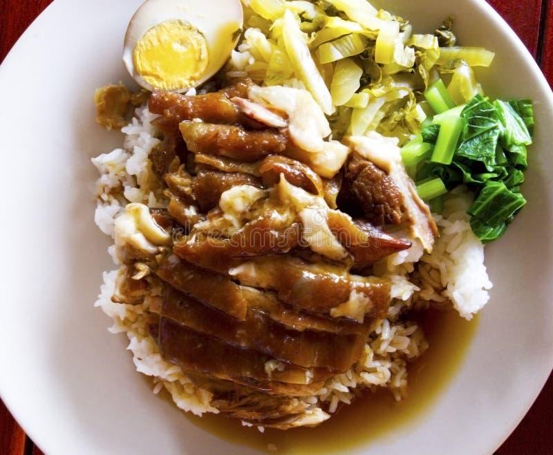 La jambe cuite de porc sur le riz avec des garnitures sont oeuf à la coque, mariné images libres de droits