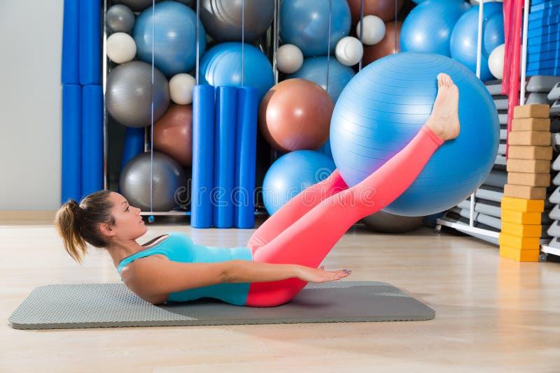 La jambe suisse de boule de femme d'exercice d'ab soulève Pilates photo libre de droits