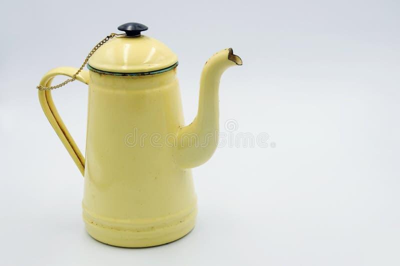 La jarra del esmalte del vintage es una amarillo claro en el backgound blanco foto de archivo