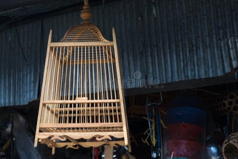 La jaula de pájaros hermosa hecha a mano de madera de bambú en Tailandia imagen de archivo libre de regalías