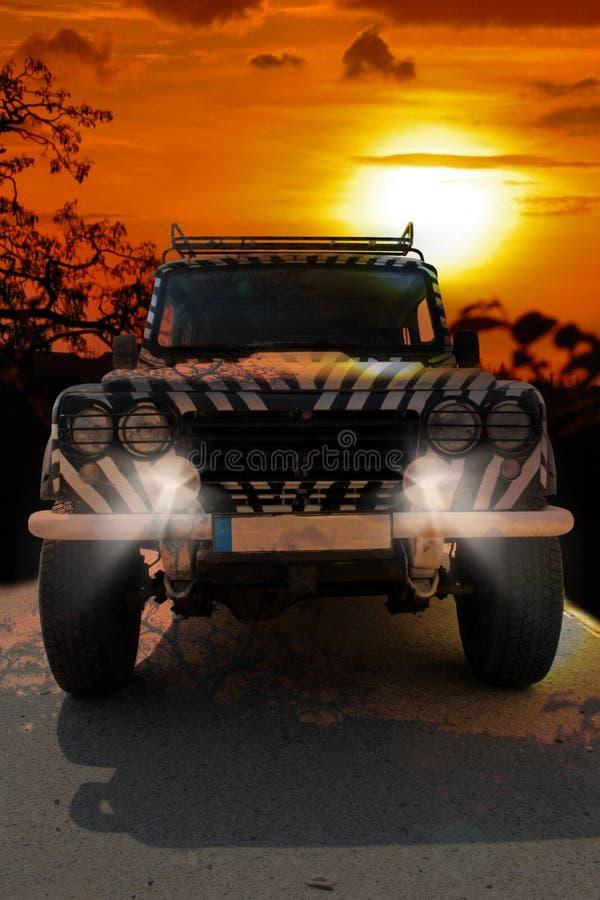 La jeep de safari avec un modèle de zèbre conduit par un savana chaud sec de la nature de l'Afrique image libre de droits