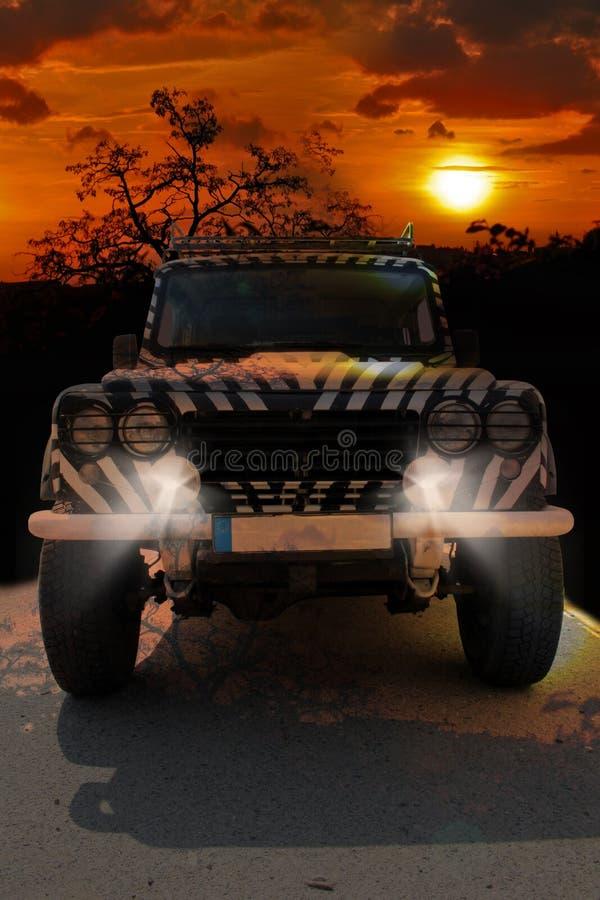 La jeep de safari avec un modèle de zèbre conduit par un savana chaud sec de la nature de l'Afrique photo stock