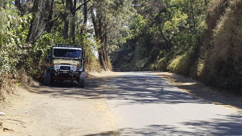 La jeep de voiture, garée du côté de la route, la route est propre n photo libre de droits