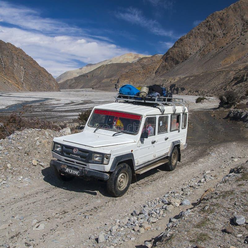 La jeep est le moyen de transport primaire dans le village de Jomsom photographie stock libre de droits