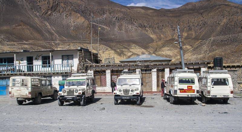 La jeep est le moyen de transport primaire dans le village de Jomsom photo stock