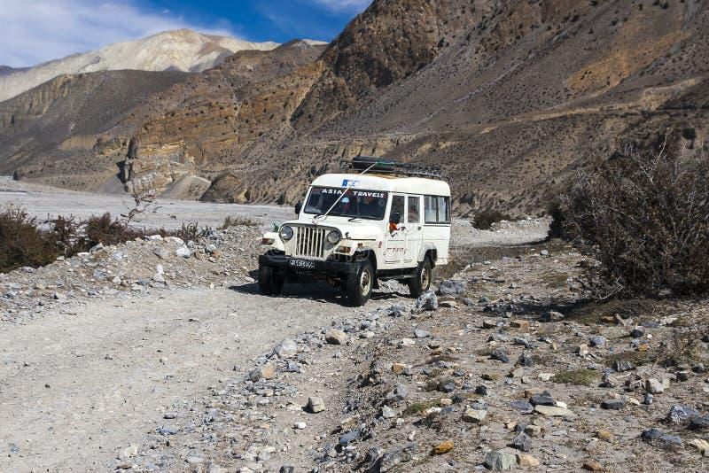 La jeep est le moyen de transport primaire dans le village de Jomsom images libres de droits