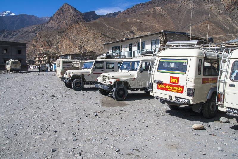 La jeep est le moyen de transport primaire dans le village de Jomsom image stock