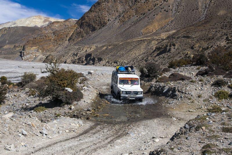 La jeep est le moyen de transport primaire dans le village de Jomsom photographie stock