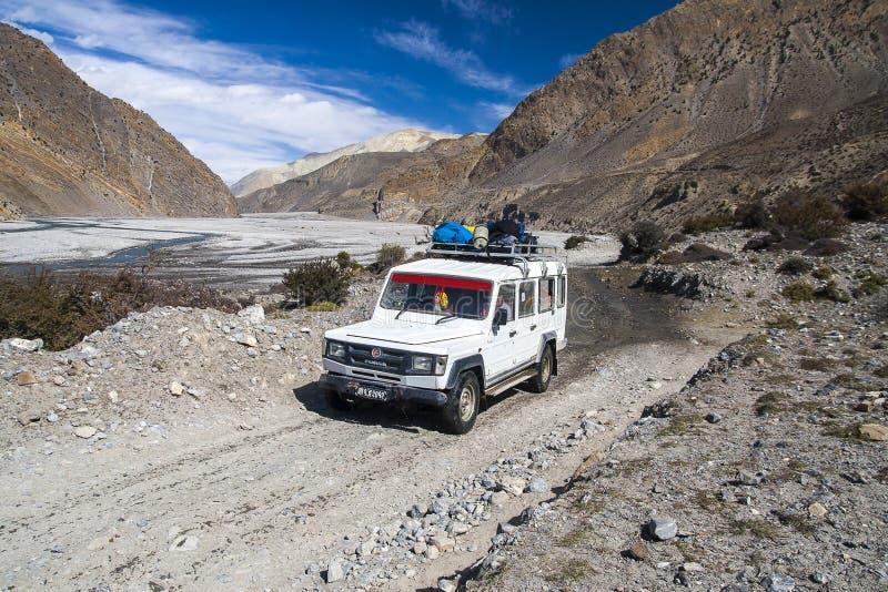 La jeep est le moyen de transport primaire dans le village de Jomsom image libre de droits