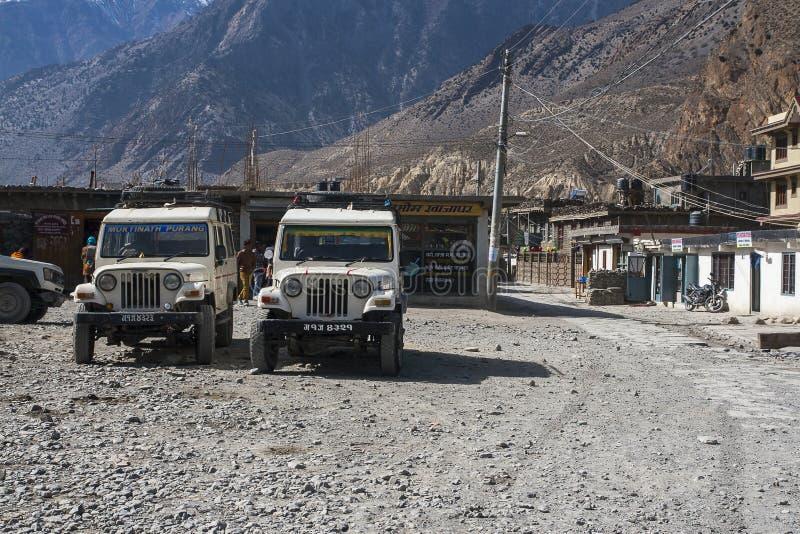 La jeep est le moyen de transport primaire dans le village de Jomsom photos libres de droits