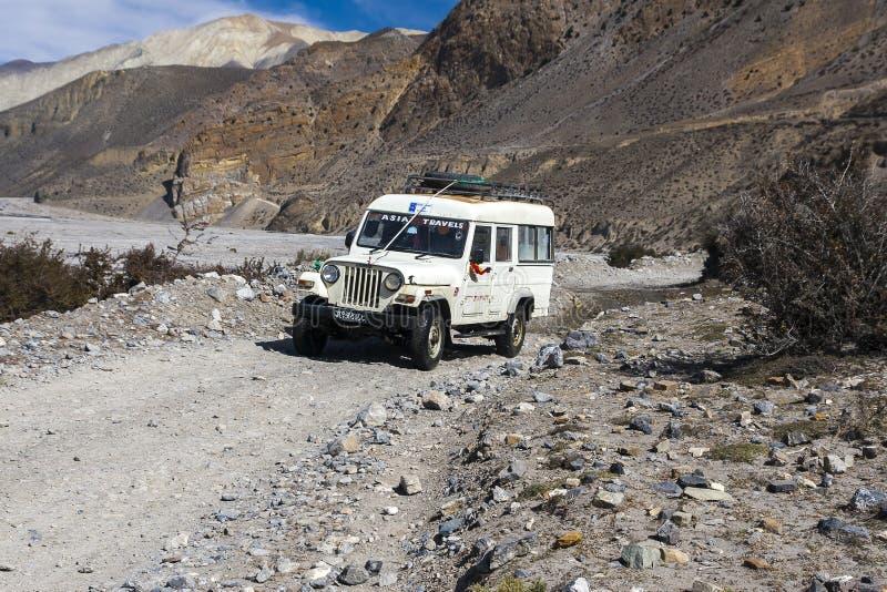 La jeep est le moyen de transport primaire dans le village de Jomsom photos stock