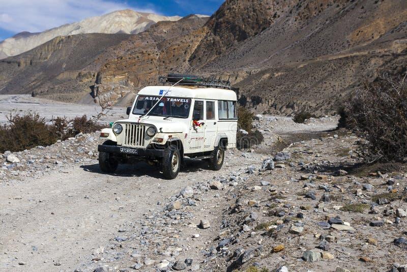 La jeep est le moyen de transport primaire dans le village de Jomsom images stock