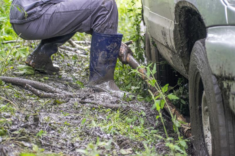 La jeep tire la voiture hors de la boue images stock