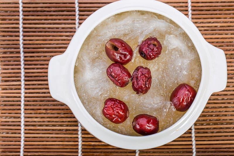 La jerarquía del pájaro hirvió la jerarquía y la azufaifa roja del pájaro Pocilga china de la comida imagen de archivo