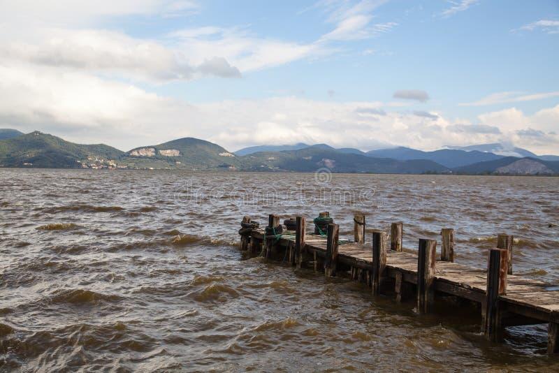La jetée sur le lac, arrose toujours et réflexion photos libres de droits