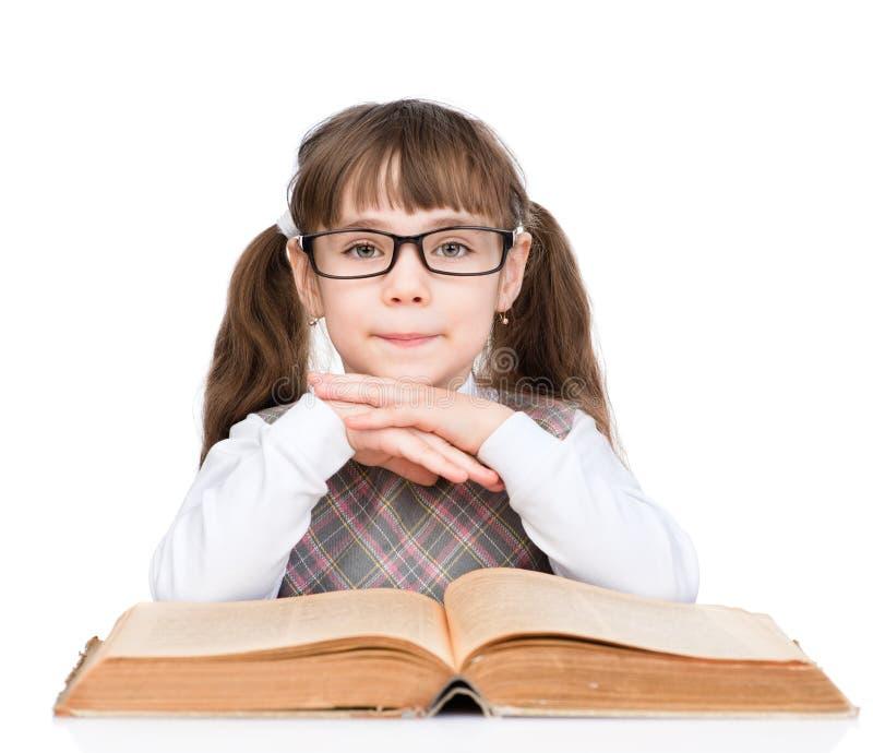 La jeune écolière avec des verres a lu le livre D'isolement sur le blanc photos libres de droits