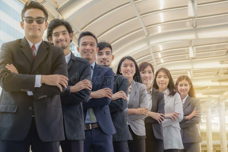 La jeune équipe asiatique d'affaires se tient avec confiance et fierté images libres de droits