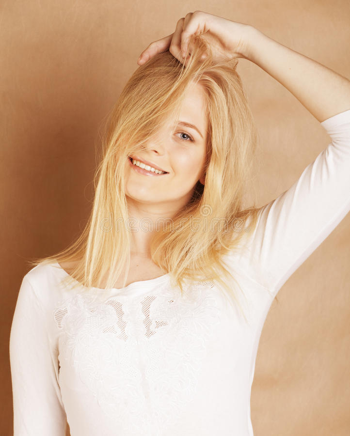 La jeune adolescente fraîche de blong a sali avec ses cheveux image stock