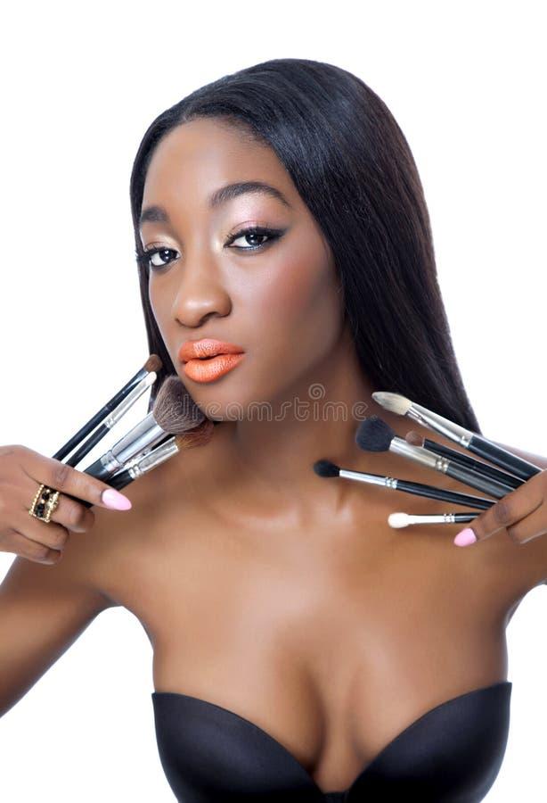 La jeune beauté africaine avec composent des balais image libre de droits