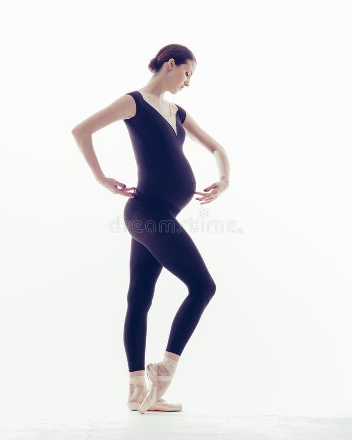La jeune belle ballerine pose dans le studio photo stock