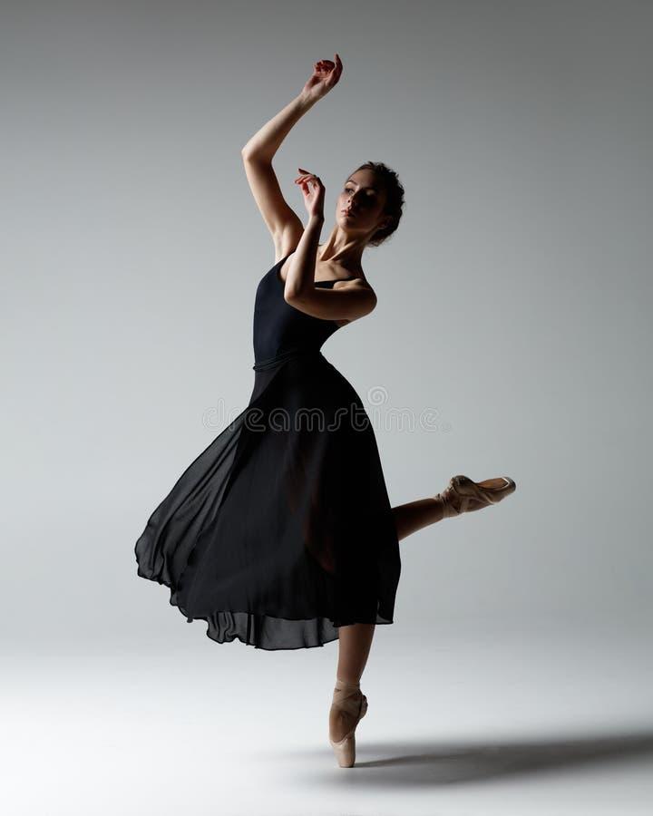 La jeune belle ballerine pose dans le studio photos libres de droits