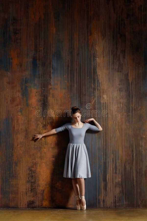 La jeune belle ballerine pose dans le studio photos stock