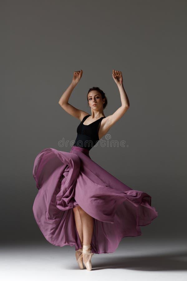 La jeune belle ballerine pose dans le studio photo libre de droits