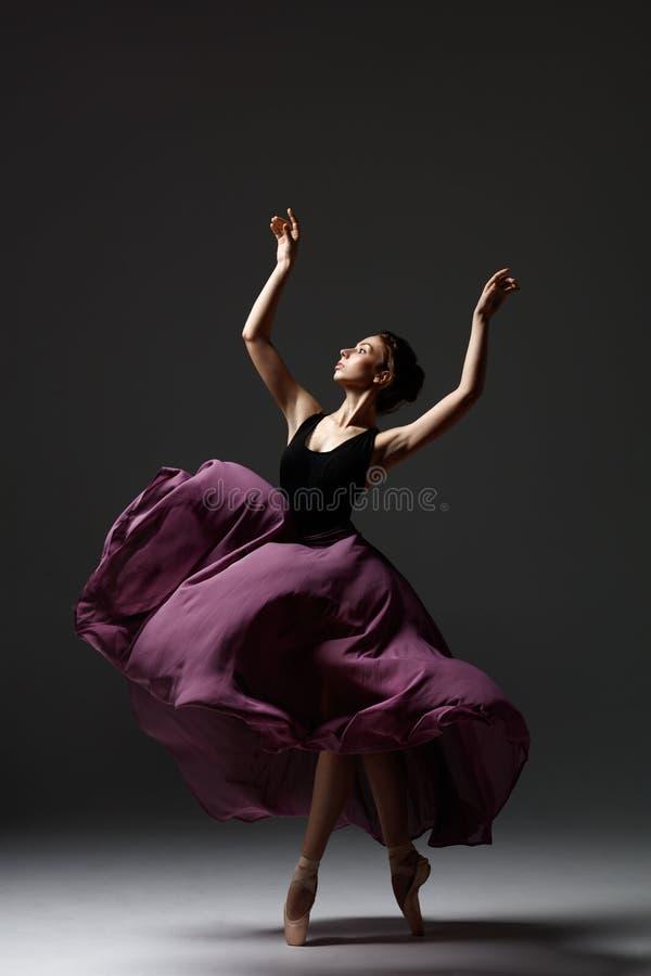 La jeune belle ballerine pose dans le studio images libres de droits