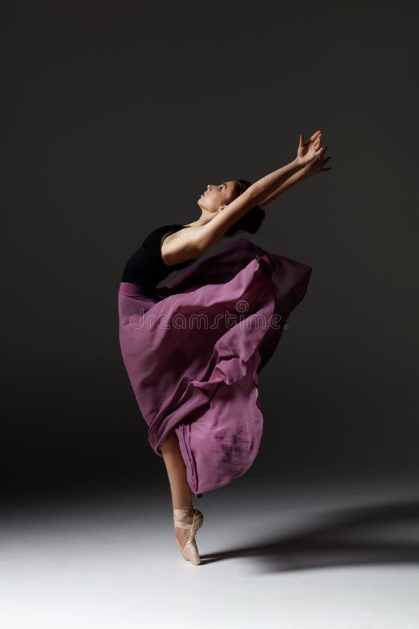 La jeune belle ballerine pose dans le studio photographie stock libre de droits