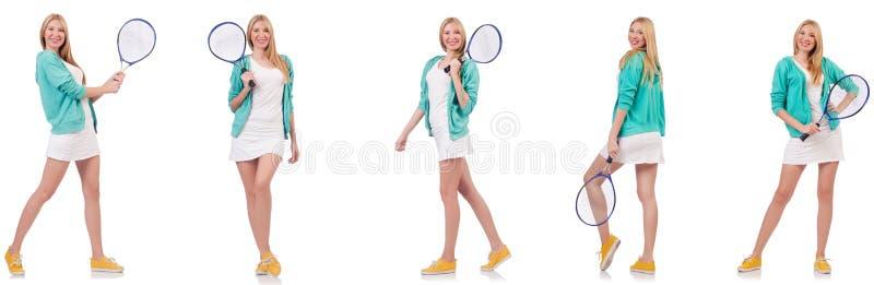 La jeune belle dame jouant au tennis d'isolement sur le blanc photo stock