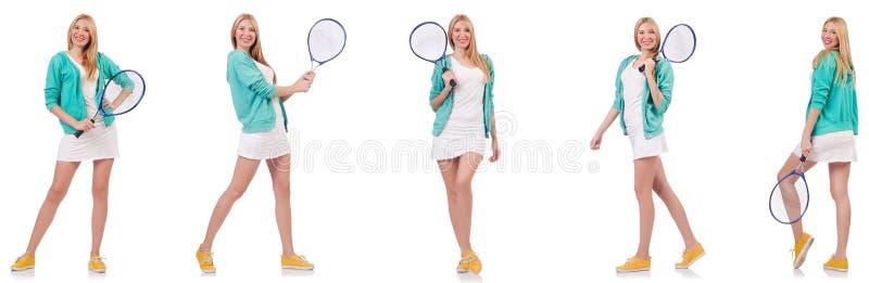 La jeune belle dame jouant au tennis d'isolement sur le blanc image libre de droits