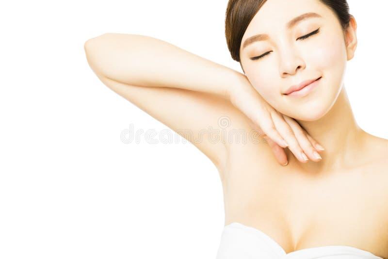 La jeune belle femme avec la peau parfaite et l'aisselle s'inquiètent images libres de droits