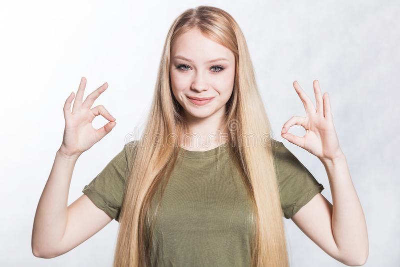 La jeune belle femme de sourire montre le signe d'ok Concept de langage du corps images libres de droits