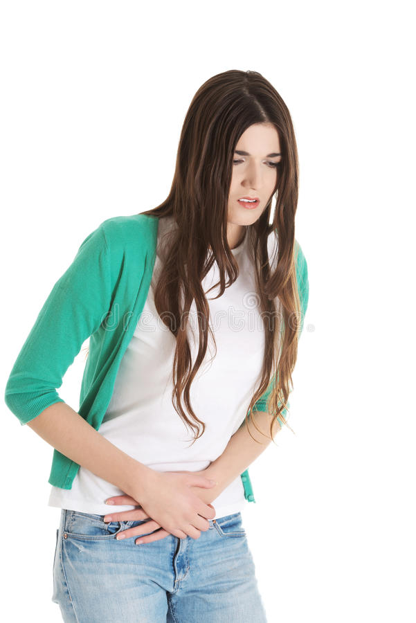 La jeune belle femme a le mal d'estomac. photographie stock