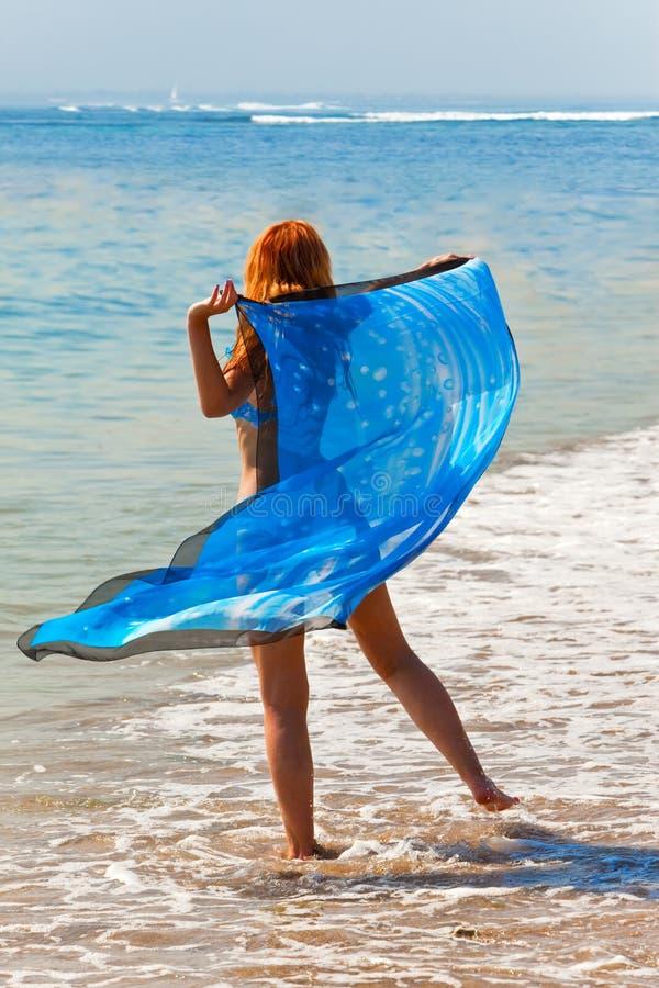 La jeune belle femme sur une côte d'océan images libres de droits