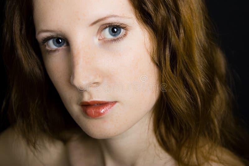 La jeune belle fille avec des taches de rousseur image stock