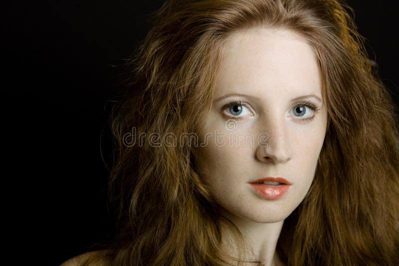 La jeune belle fille avec des taches de rousseur photographie stock