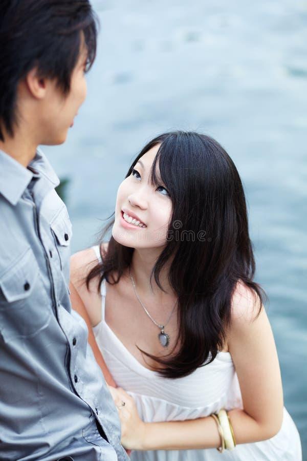 La jeune belle fille chinoise apprécie l'intimité photos libres de droits